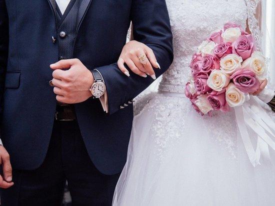Псковских женихов и невест просят приходить на свадьбу в масках