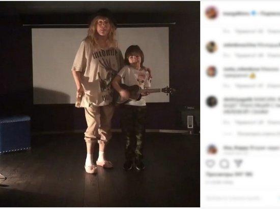 """Пугачева с сыном Гарри """"прогнала"""" коронавирус шуточной песней"""