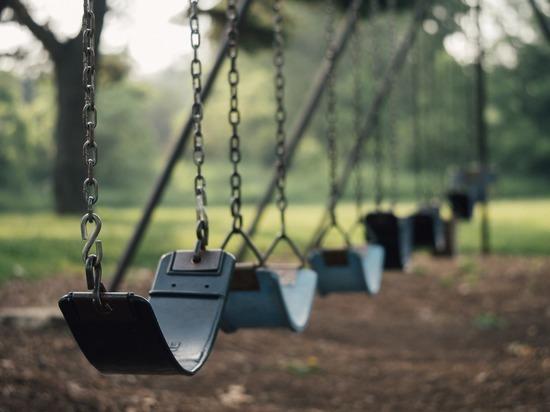 Роспотребнадзор призвал родителей не пускать детей на улицу из-за пандемии