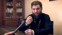 Священник объяснил почему пока не следует ходить в храм: видео