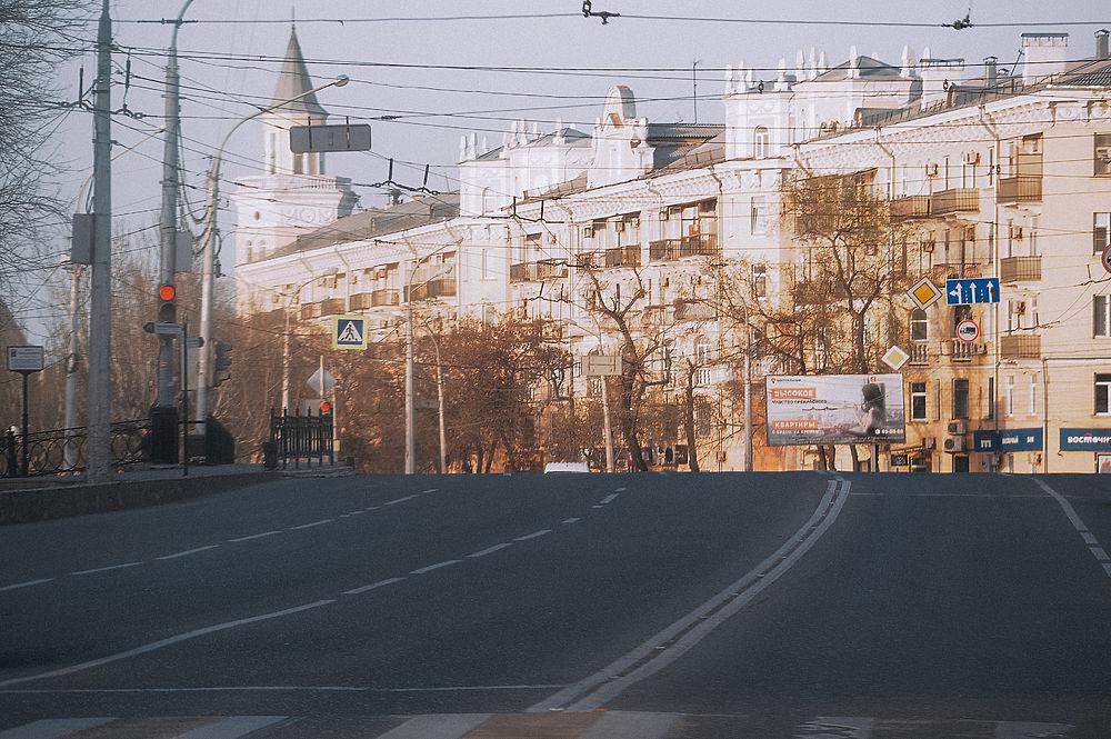 Кадры карантина в Астрахани: люди в масках, пустые улицы и неработающие заведения
