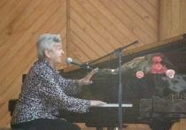 Куйвашев поздравил народную артистку Лядову с 95-летием