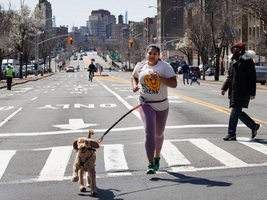 В Нью-Йорке жители специально собираются, чтобы заразиться коронавирусом