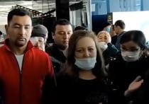 В российских аэропортах скопились  тысячи мигрантов, которые не могут вернуться домой из-за отмены рейсов