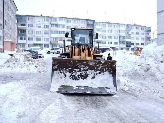 Коммунальщики Магадана убирают снег в две смены