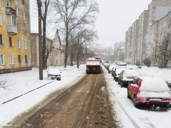 В Кирове 85 машин борются со снегопадом