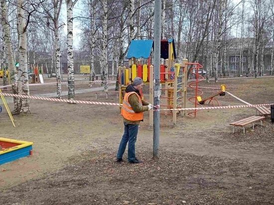 По всему Петрозаводску детские и спортивные площадки обносят сигнальной лентой