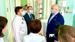 Сергей Цивилёв беседует с врачом переоборудованного роддома об аппаратуре