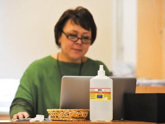 Педагогов заставляют вести дистанционные занятия из учебных заведений