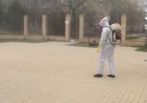 По опустевшим городам Ставрополья ходят люди в карантинных костюмах