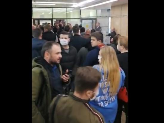 Толпы россиян скопились в очередях за пропусками для автомобилей
