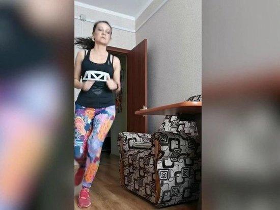 Россиянка пробежала 21 километр, не покидая квартиры