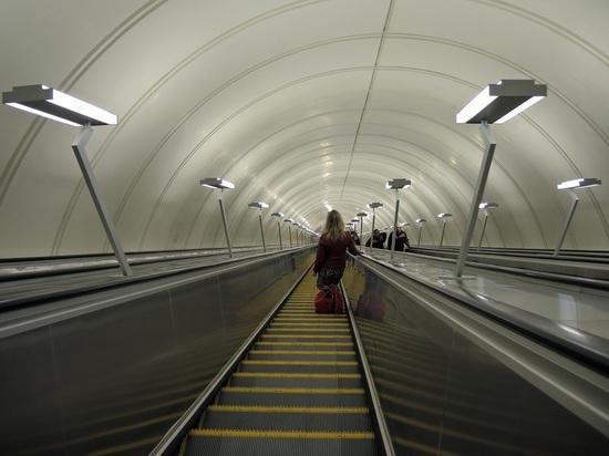 В московском метро пассажирка засмотрелась в телефон и упала на рельсы