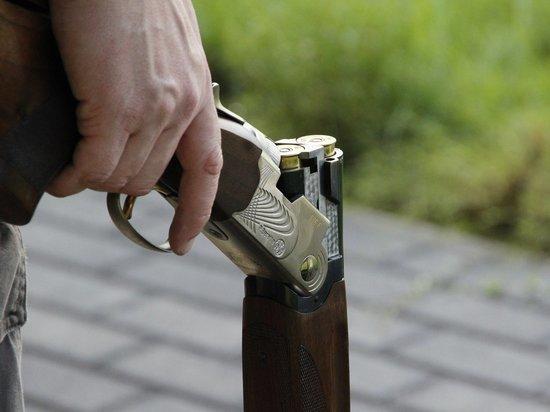Мужчина случайно застрелился, когда показывал другу ружье