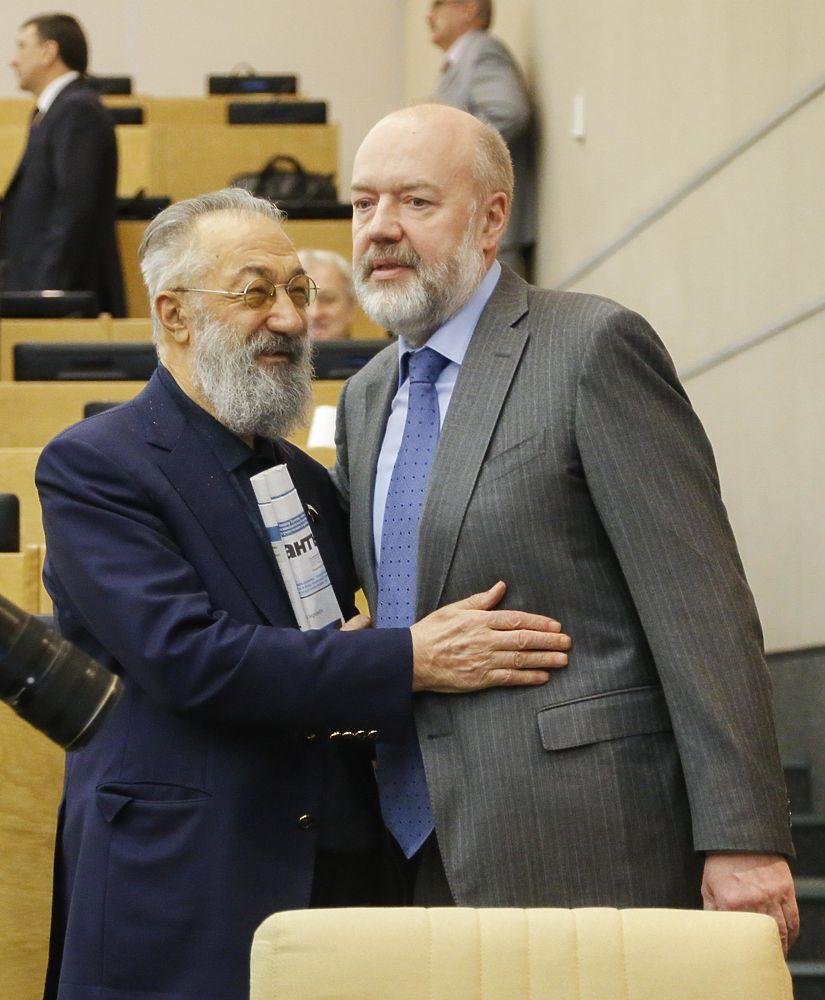 Ставшие плохими привычки депутатов Госдумы: целование рук, близкие контакты