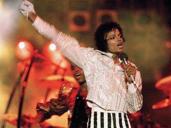 Легендарную белую перчатку Майкла Джексона продали за $104 тыс.