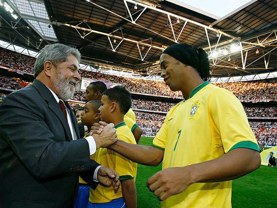 Роналдиньо изменили меру пресечения на домашний арест