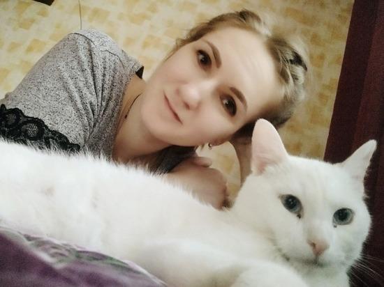 Выброшенного глухого котика приютила слабослышащая девушка в Твери