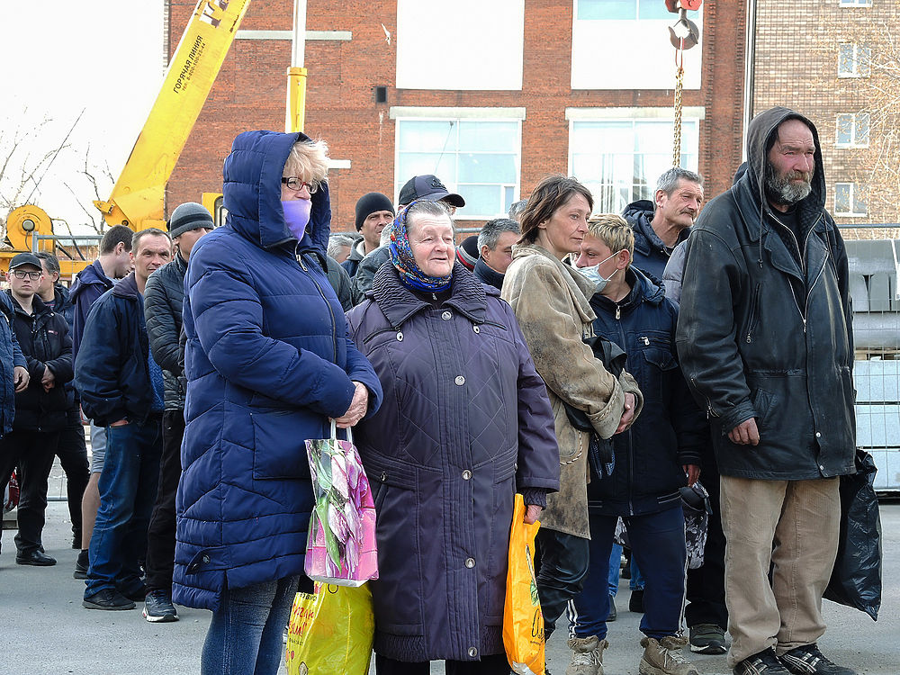 Московские бомжи толпой пришли на раздачу еды: грустная картина