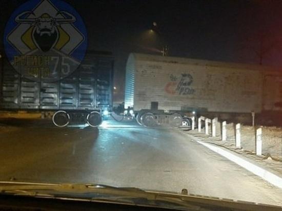 Легковой автомобиль попал под грузовой поезд в Чите
