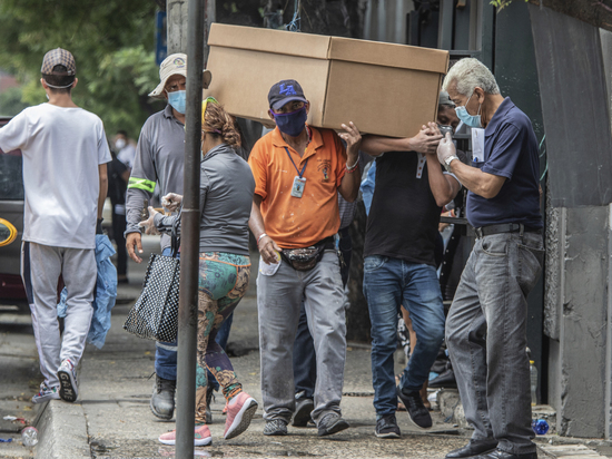 Врач из Эквадора рассказал о картонных гробах для жертв коронавируса