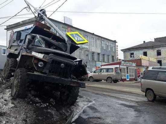 Самосвал «УРАЛ» снес столб у центральной дороги Петропавловска