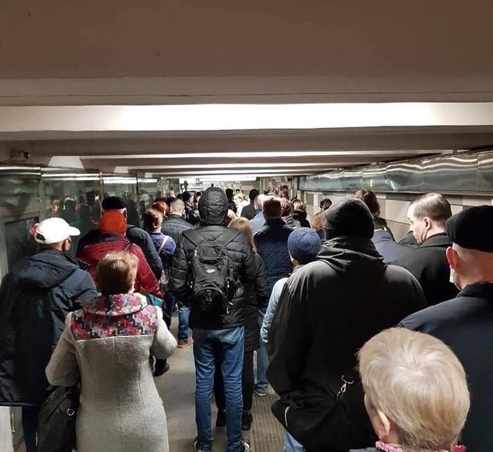 В метро Москвы образовались гигантские очереди: нервные кадры