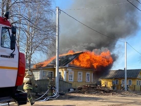В Котласе пожар в хозпостройке чуть не уничтожил несколько домов