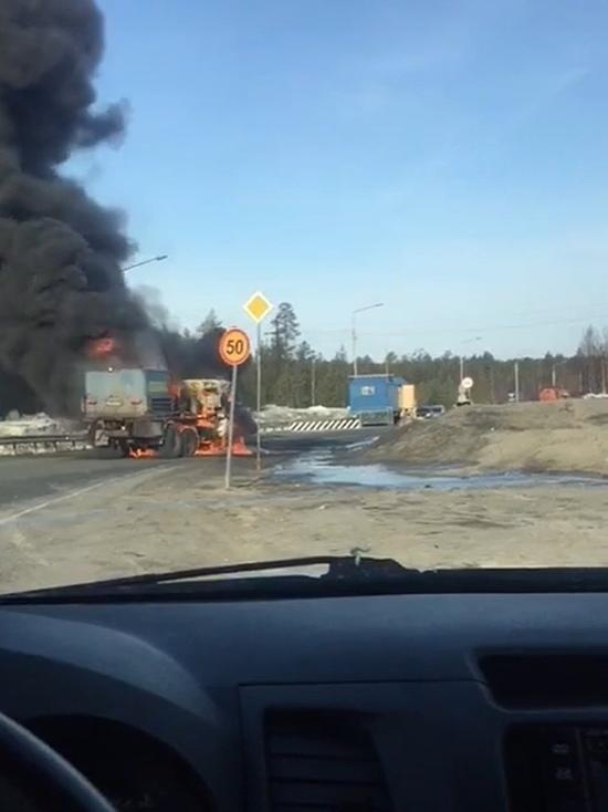 Черный дым: на въезде в Муравленко загорелся грузовик