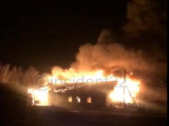 Полтора часа потребовалась алтайским пожарным, чтобы потушить заброшенное здание школы