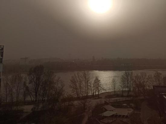 «Судный день начинается»: красная песчаная буря накрыла Киев