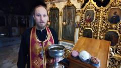 Священник показал как освятить куличи и пасхи дома