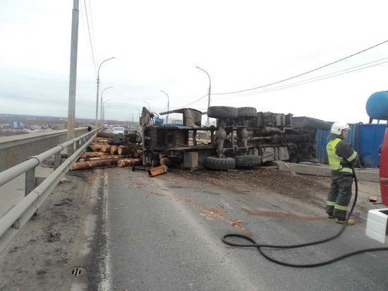 Жуткая авария с лесовозом остановила движение на Краснофлотском