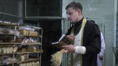 Хлебозаводы по всей России готовятся к Пасхе: кадры освящения куличей