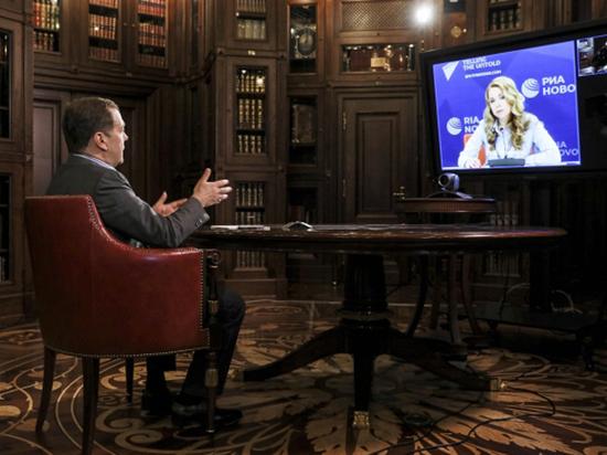"""Медведев в интервью """"позабыл"""" про свою оптимизацию здравоохранения"""