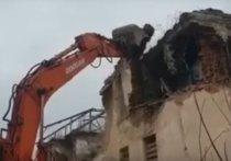 Здание бывшей инфекционной больницы сносят в Шелехове ради строительства новой