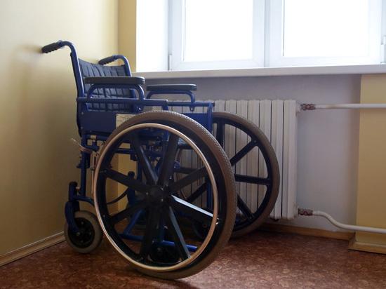 Пенсионеру отрезало ухо, когда он протаранил дверь на инвалидной коляске
