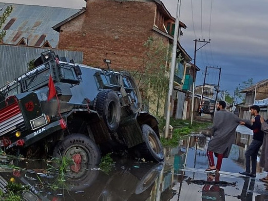 В Кашмире неизвестные боевики напали на силовиков