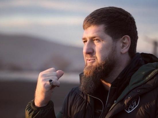 Опубликовано фото Кадырова в респираторе и противочумном костюме