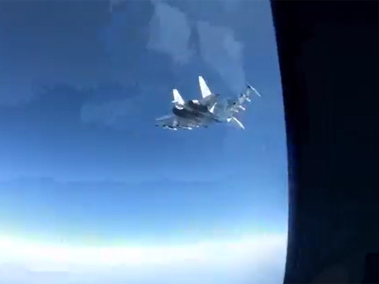 Эксперты объяснили маневры Су-35 возле самолета-шпиона ВМС США