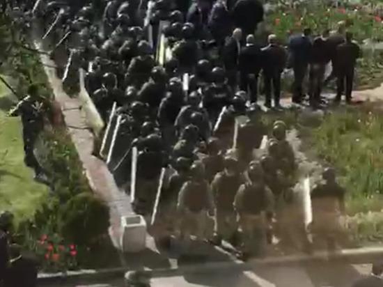 Во Владикавказе ОМОН начал разгон стихийного митинга против самоизоляции