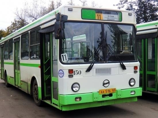 В псковском автопарке рассказали, зачем отправляют по два автобуса