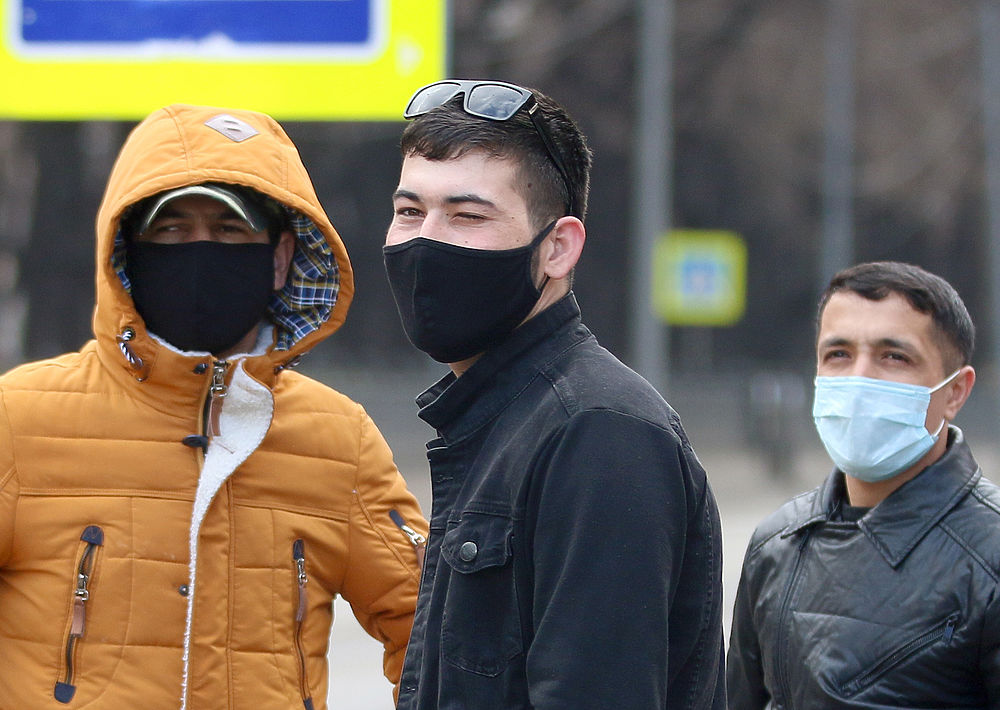Кадры мигрантов в Москве: черные маски, большие группы