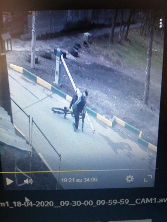 Велосипедист на полном ходу снес шлагбаум в Новомосковске