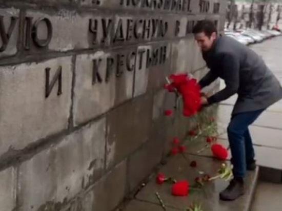 Антисоветские активисты выбросили цветы, принесенные к памятнику Ленину в Екатеринбурге