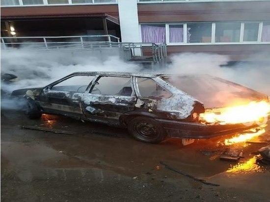 Ночью в Челнах дотла сгорели из-за поджога две «Лады»