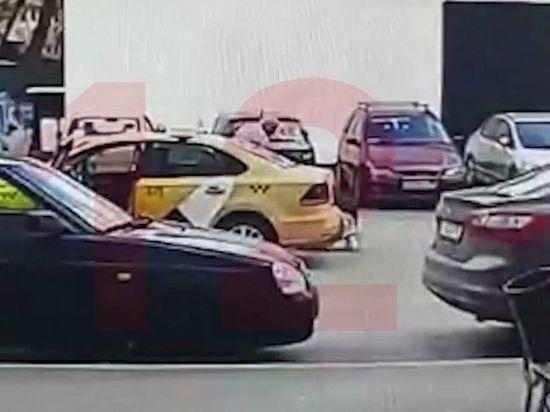 Московский таксист избил и выкинул пассажирку с нечитающимся QR-кодом