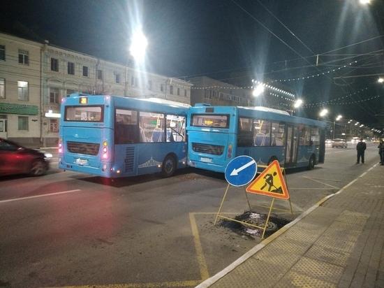 Два автобуса столкнулись ночью в центре Твери