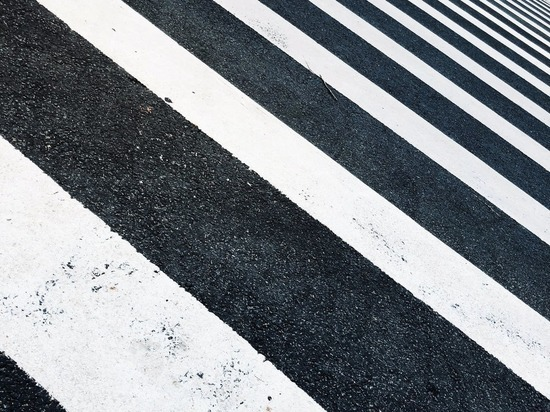 Водителя, сбившего ребёнка на пешеходном переходе, ищут в Пскове