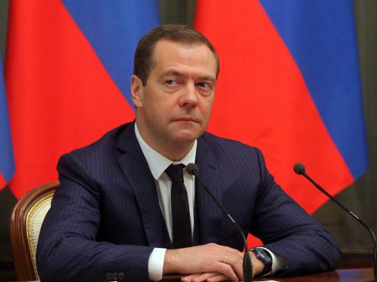 """Медведев призвал членов """"Единой России"""" перечислить зарплату медикам"""
